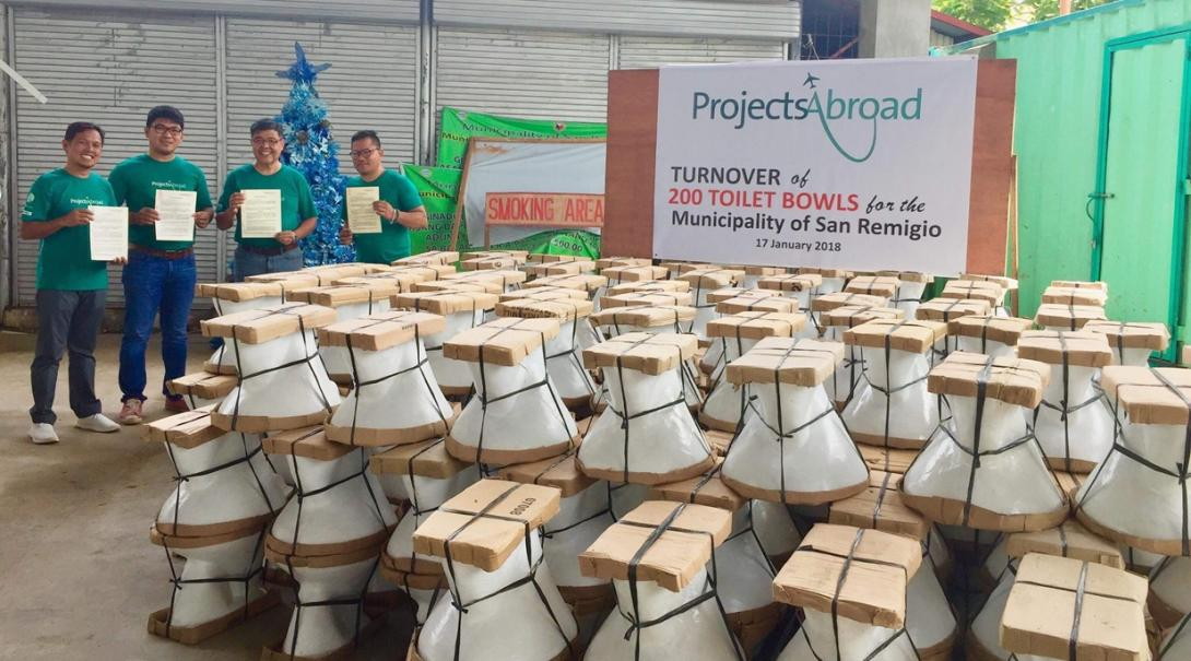フィリピンで建築ボランティアが築き上げた200のトイレ
